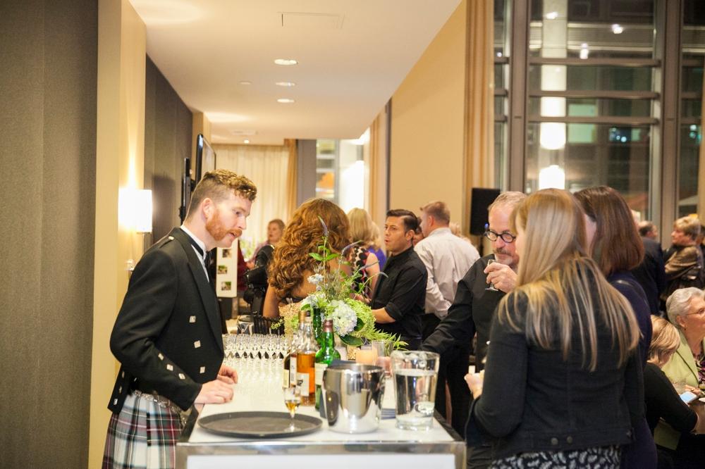 guests_mingling