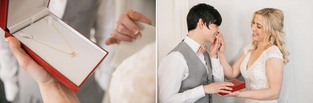 bride_gifting_necklace_to_bride