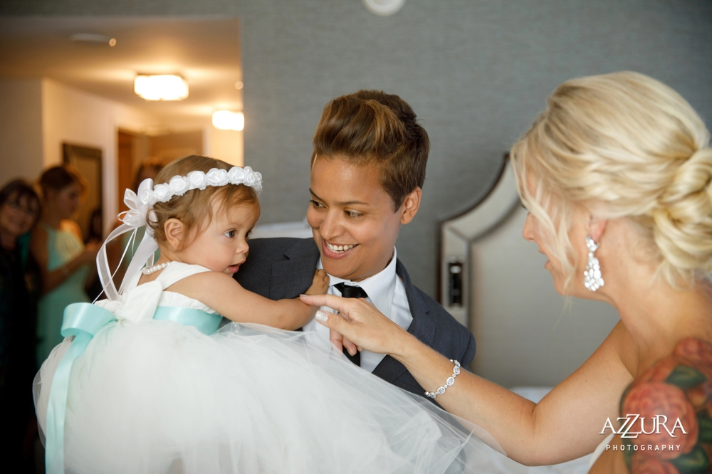 bride_plays_with_flower_girl