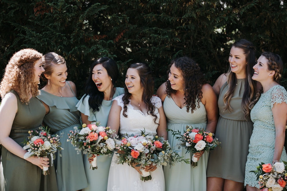 bride_laughing_with_bridesmaids