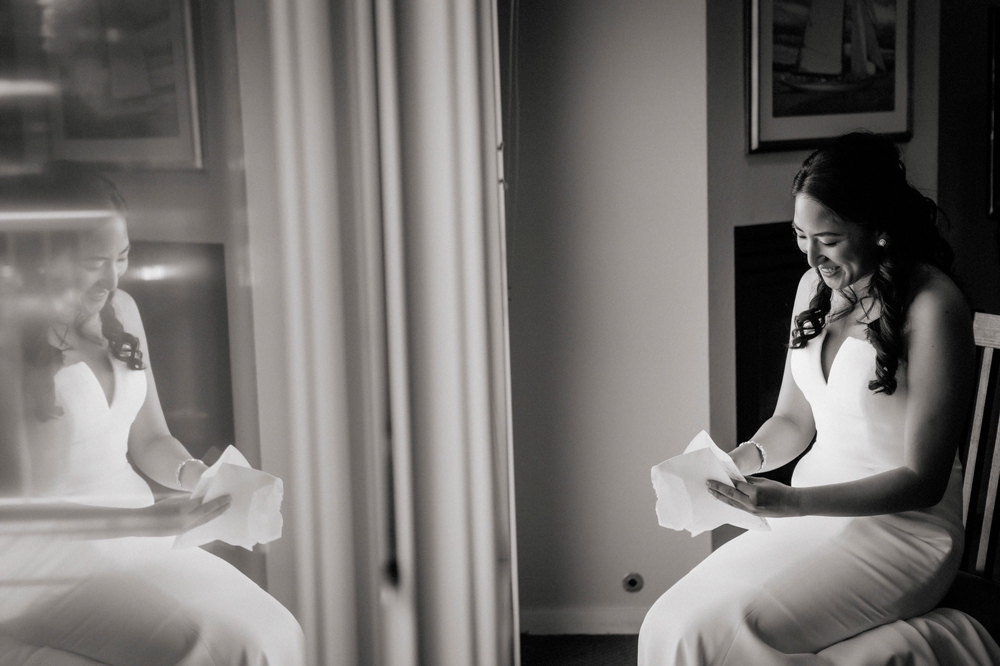 bride-reading-letter-from-the-groom
