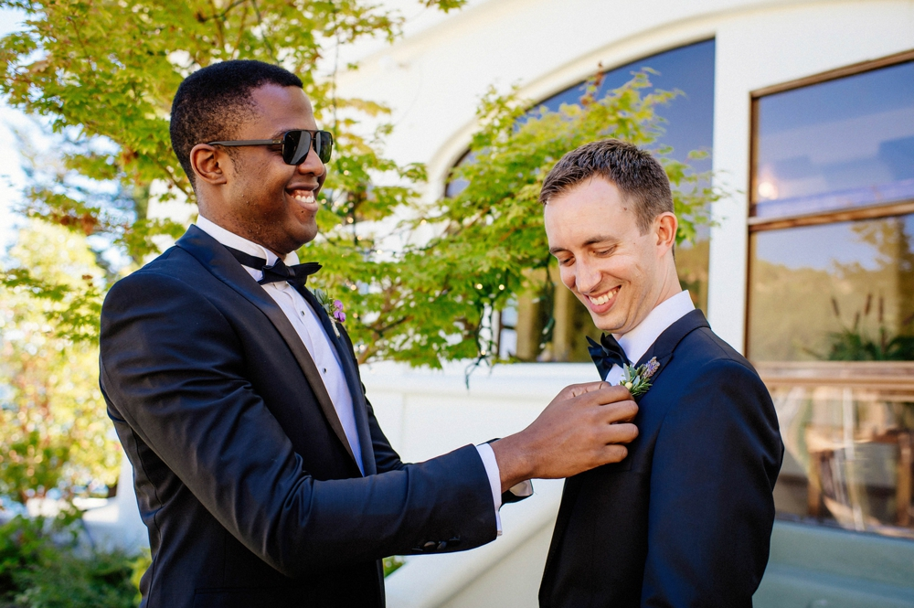 groom-straightening-boutineer