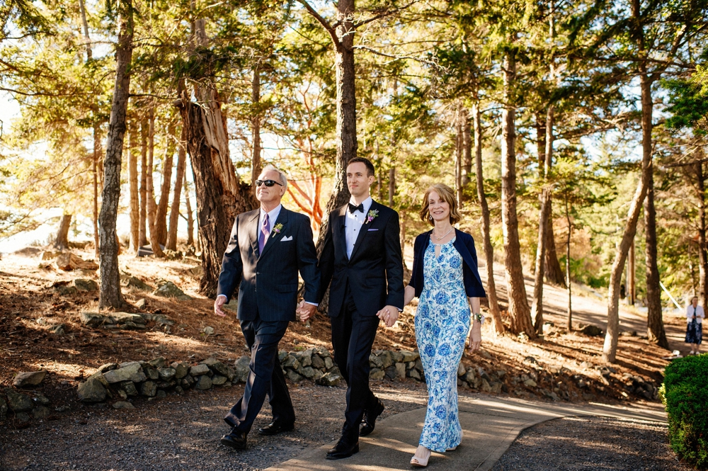 groom-with-his-parents