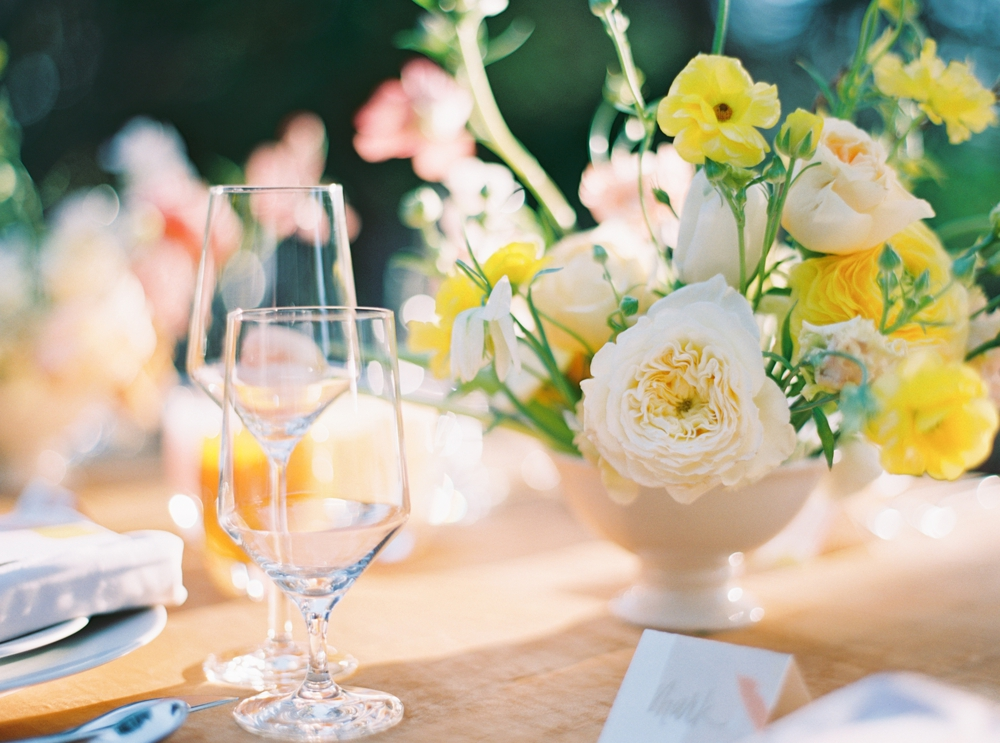 white-flowers-and-drinking-glasses