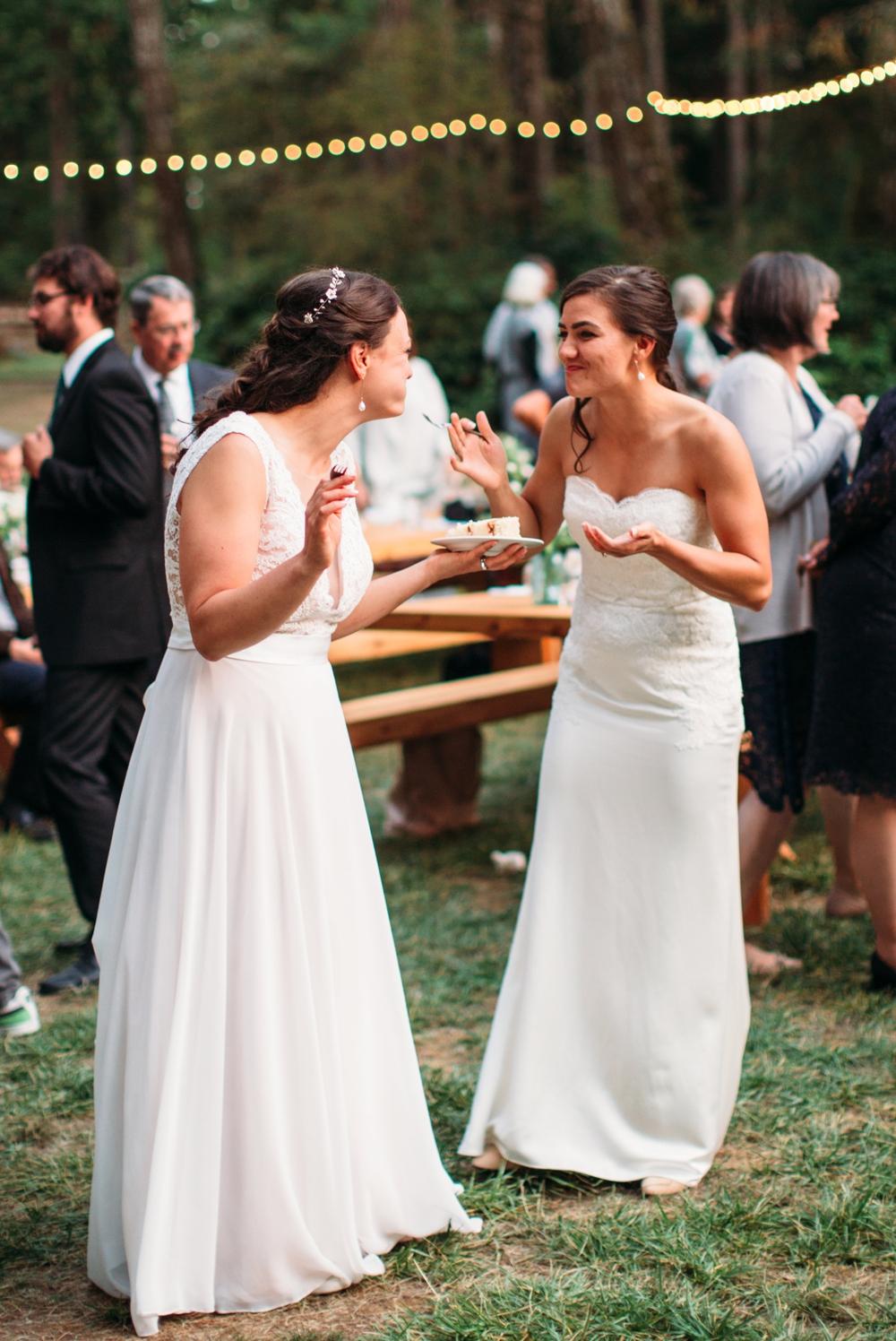 brides-share-wedding-cake